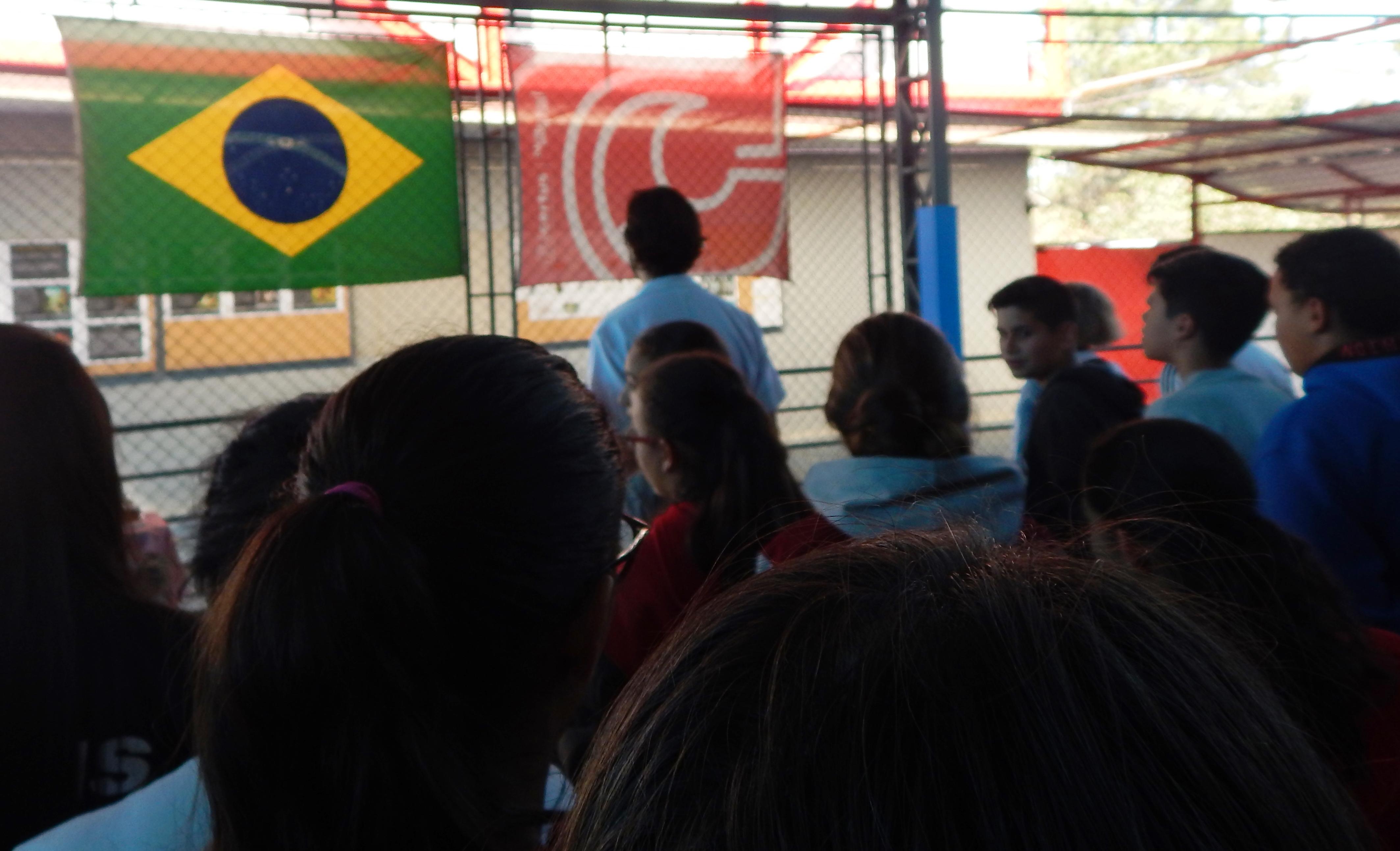 alunos cantam hino