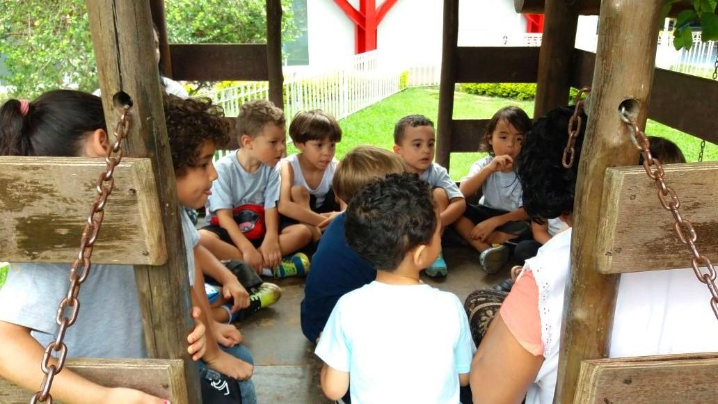 Crianças reunidas em roda de conversa