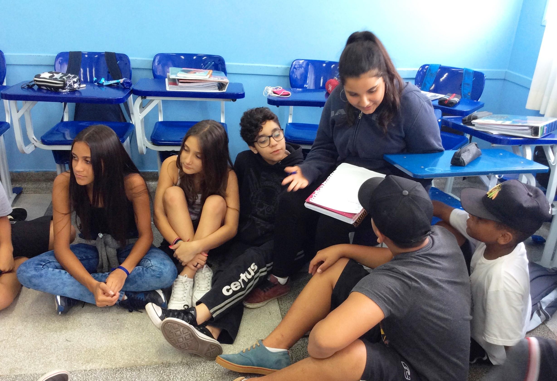 Os alunos se reuniram para juntos pensar e estudar o exercício proposto pela professora