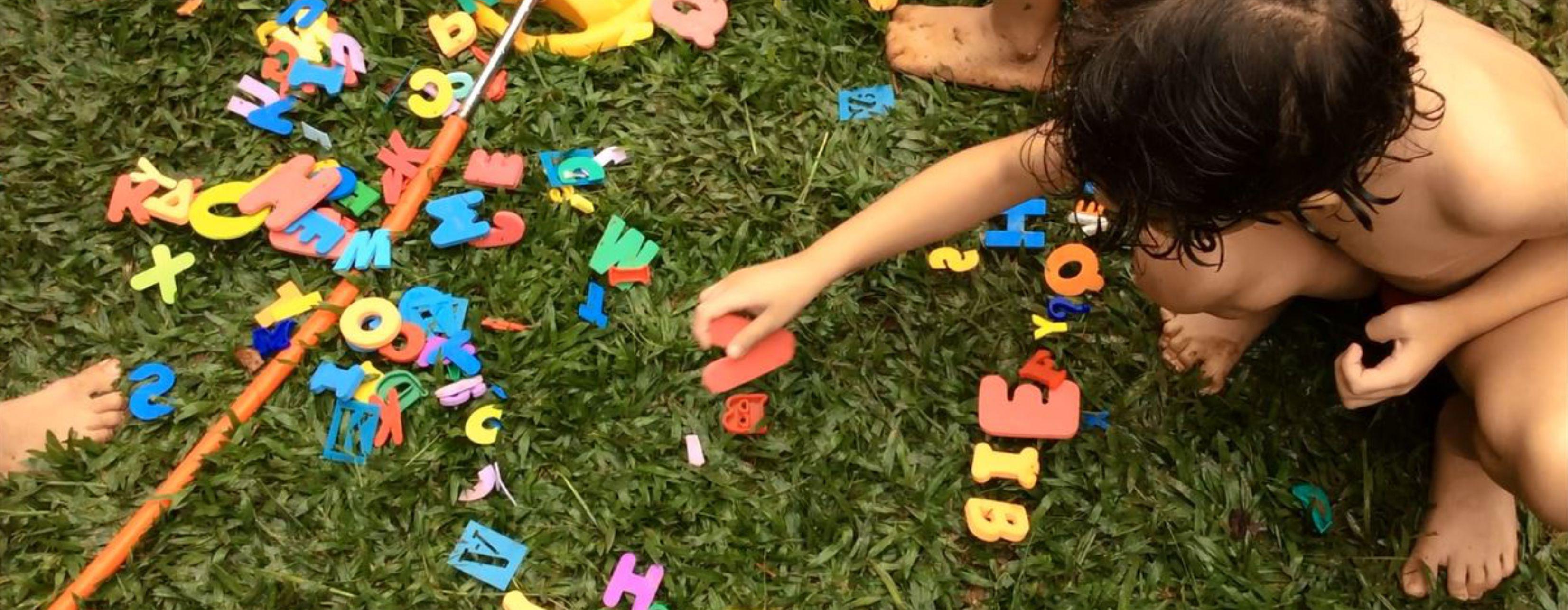 Criança forma palavra no gramado Certus
