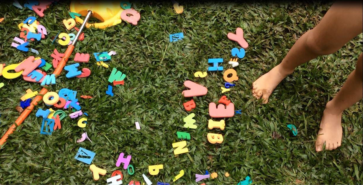 As crianças do Pré da Educação Infantil do Certus ficaram animadas em estourar as bexigas e encontrar letras na atividade lúdica proposta para auxiliar no letramento e construção da escrita.
