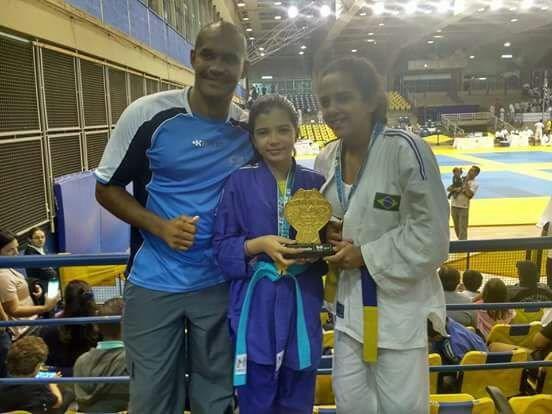Viviane do 6º ano A1 recebe troféu no 15º Festival de Judô do Clube Hebraica