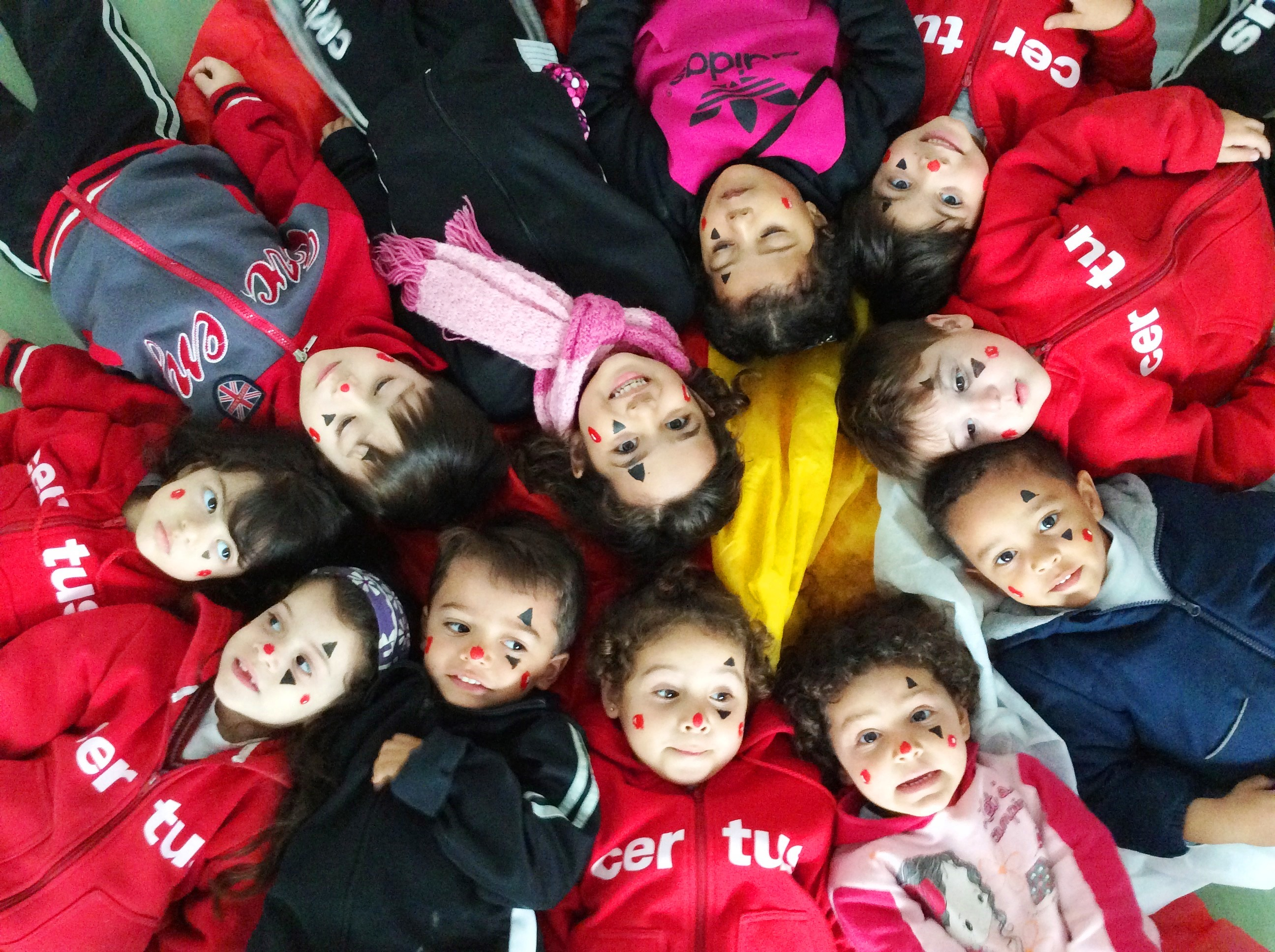 Turma da recreação da educação infantil do colégio Certus tem vivencias circenses que ajudam na expressão corporal e motora com brincadeiras de equilíbrio, encaixe e musicais